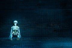 Скелет в гробе на предпосылке хеллоуина конспекта кладбища страшной Стоковые Изображения