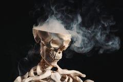 Скелет при дым приходя из открытого черепа Стоковое Фото