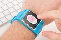 Скеннирование отпечатка пальцев на smartwatch стоковое фото