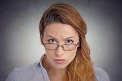 скептицизм Сердитая сварливая сомнительная женщина смотря вас Стоковые Изображения
