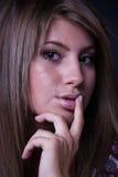 Скептичная и нерешительная дама смотря прямо на камере Стоковые Изображения RF