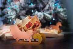 Скелетон с подарками под рождественской елкой Стоковое фото RF