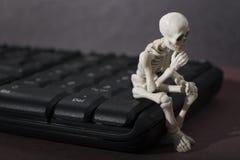 Скелет - представление мыслителя стоковое изображение