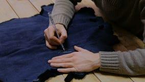 Скиннер работая с кожей меха бобра сток-видео