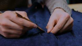 Скиннер работая с кожей меха бобра видеоматериал
