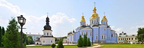 Скит St Michael Золотист-Приданный куполообразную форму kiev Украина (Панорама) Стоковая Фотография RF