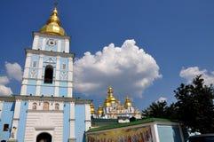 Скит St Michael Золотист-Приданный куполообразную форму kiev Украина (Панорама) Стоковое Фото