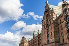 Склады Гамбург с голубым небом и облаками в предпосылке Стоковые Изображения RF