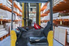 Склад с разнообразием тимберса для конструкции и ремонта белизна принципиальной схемы изолированная поставкой склад тимберса - по Стоковая Фотография RF