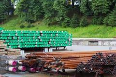 Склад труб металла различных размеров под открытым небом Технологии строительной промышленности Переход жидкостей вниз стоковое фото
