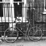Склонность велосипеда на загородке стоковое фото