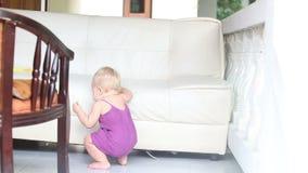 Склонность огурца еды ребенка стоящая на софе видеоматериал