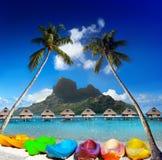склонные пальмы над морем и яркие каное на пляже Остров Bora Bora, Таити Стоковая Фотография