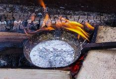 Сковорода сосуда с подготовкой руководства расплавленного метала алюминиевой для бросать на фоне Стоковые Фотографии RF