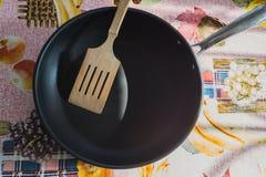 Сковорода с деревянным шпателем Стоковое Фото