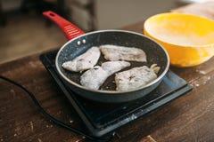 Сковорода с кусками рыб, варить морепродуктов Стоковое Изображение RF