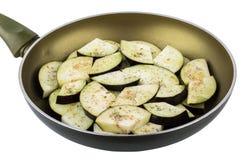 Сковорода с кусками свежего баклажана на белизне Стоковые Изображения RF
