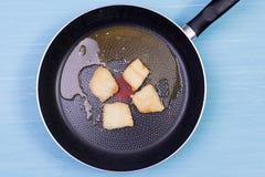 Сковорода с остатками зажаренной рыбы Стоковые Изображения