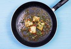Сковорода с остатками зажаренной рыбы Стоковое Изображение