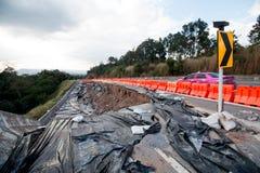 Скольжение земли на дороге асфальта в Таиланде приземлитесь скольжение причиненное проливными дождями на дороге асфальта в Таилан Стоковое Изображение RF