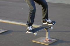 скольжение скейтборда рельса стоковая фотография rf