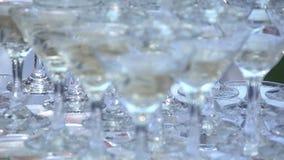 Скольжение стекел с шампанским движение медленное сток-видео