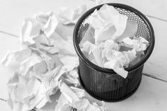 Скомканная бумага в мусорном баке Стоковые Фото