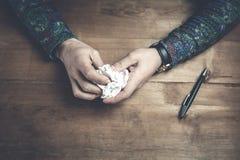Скомканная бумага на руках человека Стоковые Изображения
