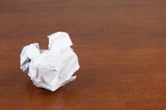Скомканная бумага на таблице Стоковые Фото