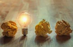 скомканная бумага при электрическая лампочка стоя на древесине для хорошего нового ide Стоковые Изображения