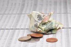 Скомканные тайские банкнота и небольшое изменение на котировках акций Стоковое Изображение