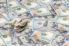 Скомканный счет против предпосылки новых денег Стоковое фото RF