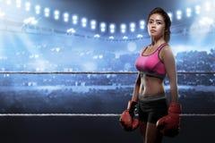 Сконцентрированная азиатская женщина с перчатками бокса Стоковая Фотография