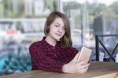 Сконцентрированная девушка представляя outdoors стоковое фото rf