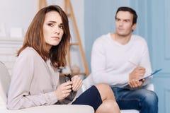 Сконцентрированная женщина обсуждая проблемы с профессиональным психологом Стоковые Изображения