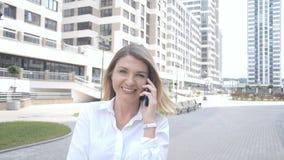 Сконцентрированная женщина по телефону сток-видео