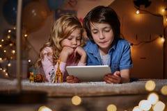 Сконцентрированная игра детей с доской сзажимом для бумаги Стоковое Фото