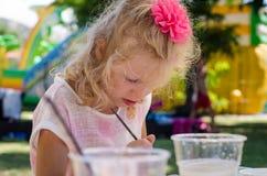 Сконцентрированная картина ребенка стоковая фотография rf