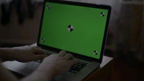 Сконцентрированная работа программистов на персональных компьютерах расположенных в комнате контроля системы Компьютер имеет зеле сток-видео