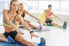 Сконцентрированные активные молодые женщины в спортзале Стоковое Изображение RF