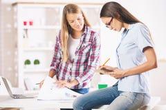 Сконцентрированные женщины работая в офисе Стоковое фото RF