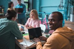 Сконцентрированные коллеги работают совместно в офисе Стоковая Фотография RF