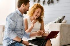 Сконцентрированные пары работая совместно дома Стоковое фото RF