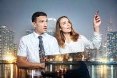 Сконцентрированные умные сотрудники смотря прочь Стоковое Изображение RF