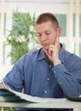 Сконцентрированный бизнесмен анализируя данные в его офисе Стоковое фото RF