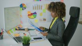 Сконцентрированный компьютер женщины наблюдая в офисе сток-видео