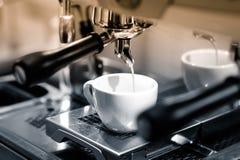 Сконцентрированный кофе пропускает вниз от автоматических мам кофе Стоковые Фото