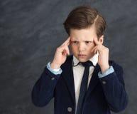 Сконцентрированный мальчик мелкого бизнеса стоковые фото