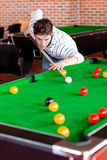Сконцентрированный молодой человек играя snooker стоковое изображение rf