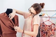 Сконцентрированный модельер женщины говоря на сотовом телефоне Стоковые Фото